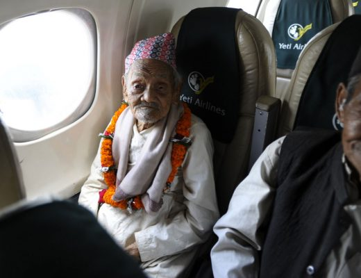 Tips for elderly people while traveling on airplane